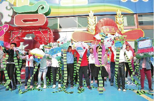"""让梦想飞一会儿!首届88百家乐现金网""""国际风筝节""""上 近百名中小学生手绘风筝"""