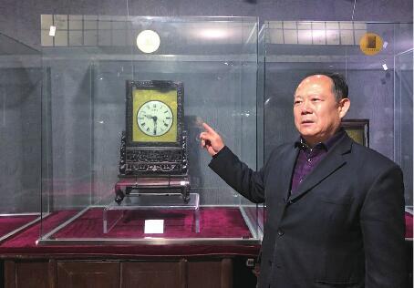 """一家四代痴迷钟表收藏 姐弟五人办起""""博物馆"""""""