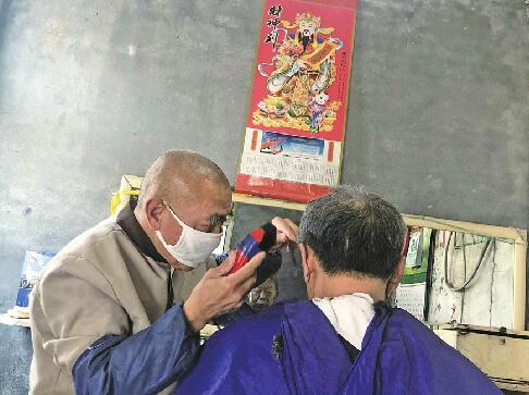 坚守刮脸和吹风造型技术的老手艺人和店铺越来越少 打车5公里去郊区就为刮个脸