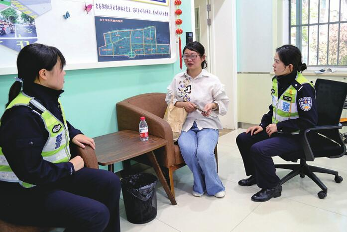 济南:少年走失急坏家长 交警出动帮忙寻回