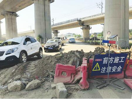 """新铺的路上咋""""长""""出两堆渣土 富华路赵王河段影响出行遭质疑"""