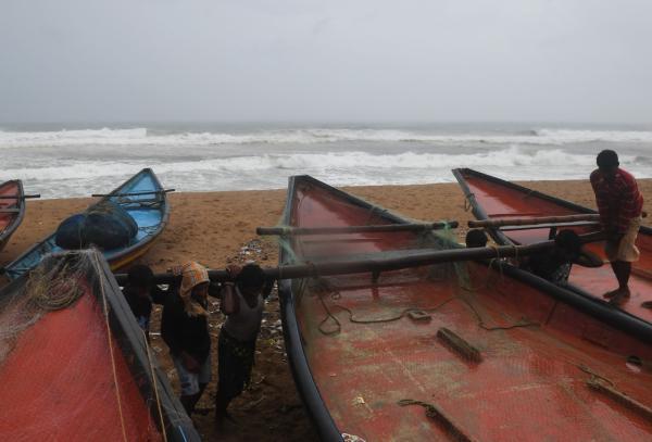 破坏力太强了!印度最强热带气旋登陆 树木被折断甚至连根拔起