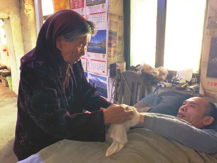 [温暖泉城]不离不弃,88岁老人照顾残疾儿子