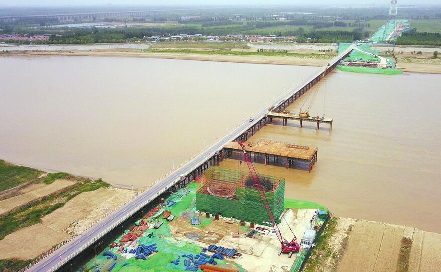 """齐鲁黄河大桥""""一只脚""""成型"""