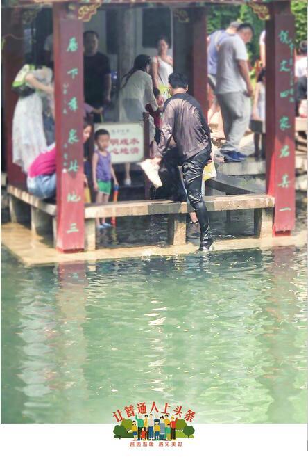 母子在五龙潭落水 小伙二话没说下水救人包都没来得及摘