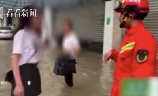令人震惊!消防员锯门遭阻挡 这到底是个什么情况?