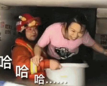 消防员洗澡盆救援 逆天操作好有爱!