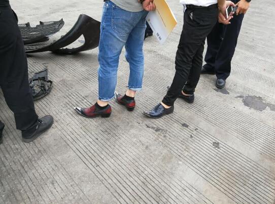 惊呆了!男子穿高跟鞋开车是什么情况?终于真相了,原来是这样!