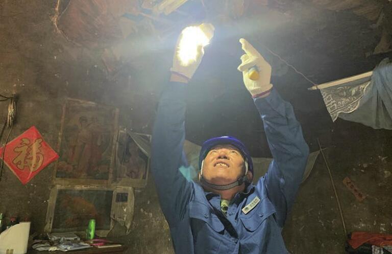 """[温暖泉城] 18年替人交电费 这个电工有点""""怪"""""""