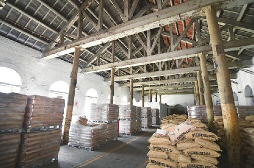 丁宝桢族人访原山东化工厂寻古 143年前的火药库仍完好