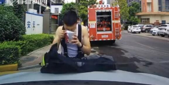 令人心疼!消防员引擎吃泡面 网友:你替我们负重前行的样子简直帅炸