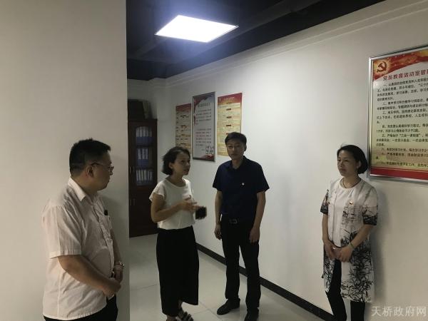 """区委办公室到宝华街道名泉春晓社区对接""""双报到""""工作"""