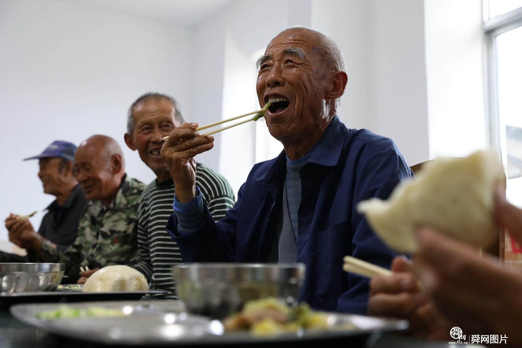 """山东威海:退休女工开启""""幸福食堂"""" 为农村老人打造""""爱心餐"""""""