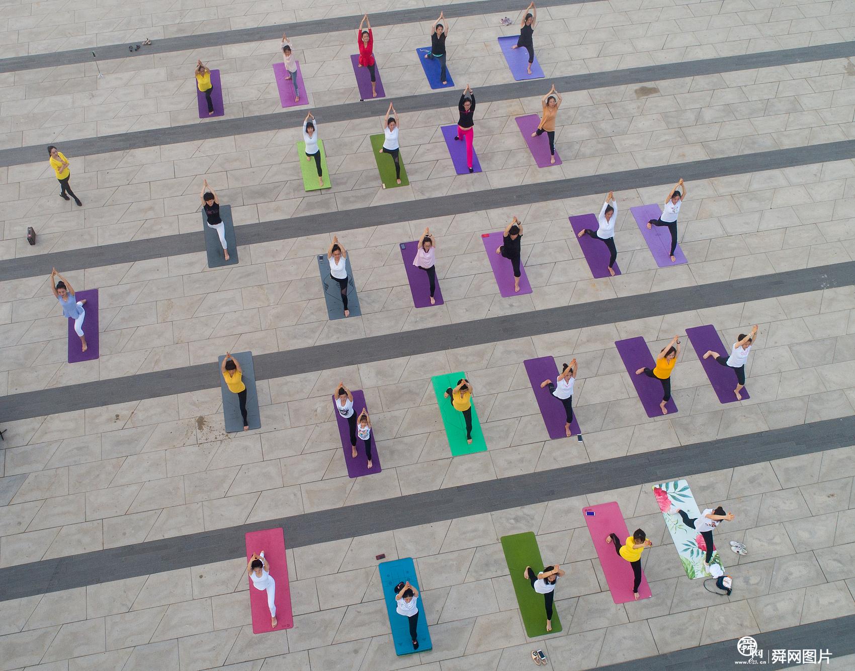 山东烟台:国际瑜伽日 爱好者海滨广场集体练瑜伽