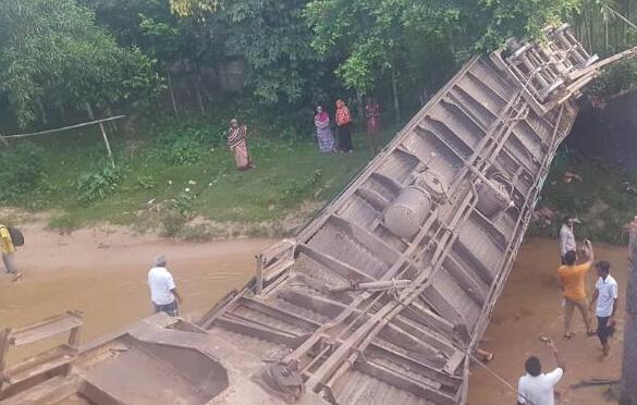 事故频发!孟加拉国火车脱轨 车厢翻覆倒扣情节骇人