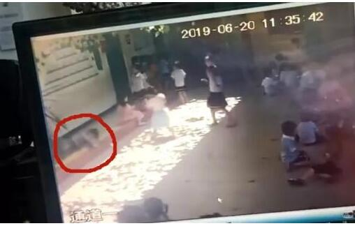 监控画面曝光!幼儿园玻璃砸女童 天降玻璃砸中6岁孩子