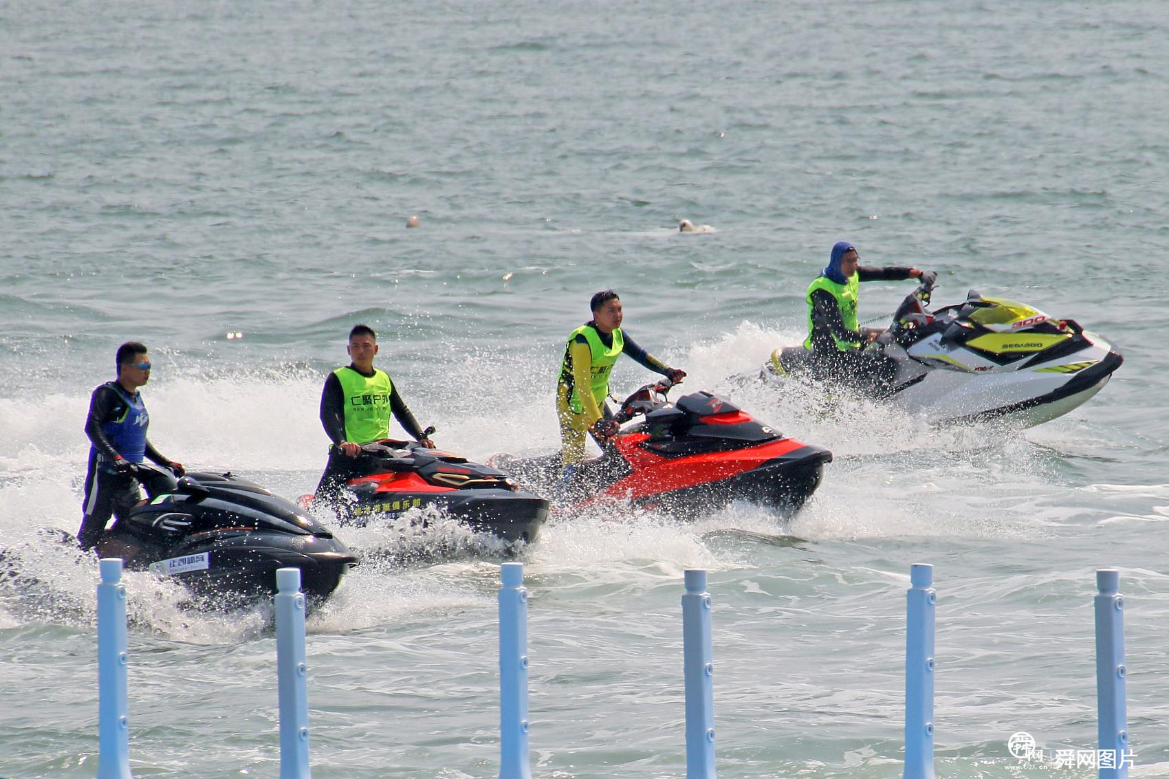 山东烟台:摩托艇爱好者夏日逐浪