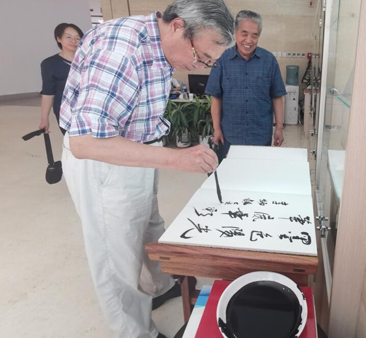 构建周易与书法的艺术生命线    ——中央数字电视书画频道聚焦推介王筱喻周易与书法的理论创新和艺术实践
