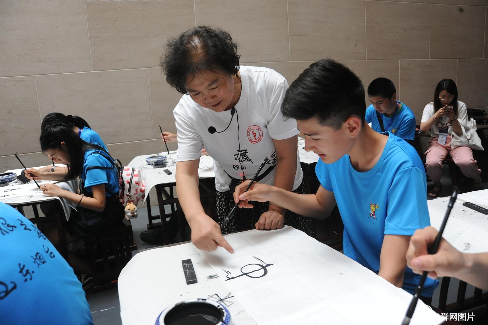 """山东烟台:华裔青少年参与""""中国寻根之旅"""" 学写甲骨文"""