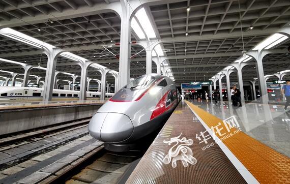 重庆直达香港高铁全程仅需7个半小时 早上吃了重庆小面下午香港喝茶