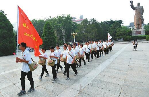 """36天1200公里!34名师生徒步到北京 在88百家乐现金网""""借宿""""两晚捐助一贫困儿童"""