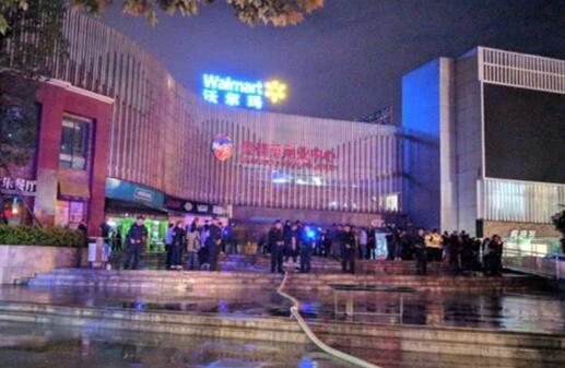 [最新]云南商场楼层坍塌 已抢救出3人送往医院进行救治