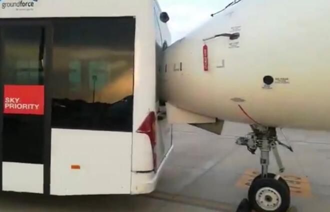 还有这种操作?摆渡车倒车撞飞机 飞机机鼻直戳进摆渡车受损严重