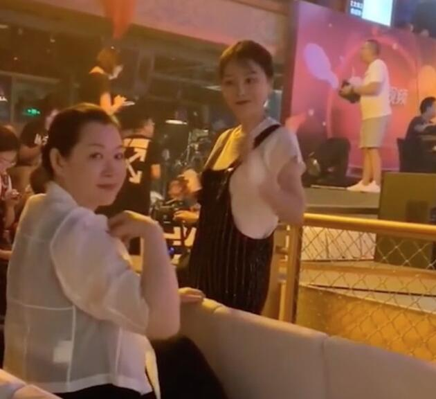 赵本山老婆现身:身材有些发福 贵妇气质不减