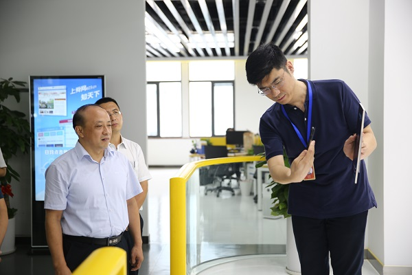 团省委领导到报业集团考察融媒体中心建设