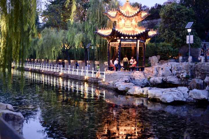 """济南护城河开启夜航 两岸彩灯""""彻夜不眠"""""""
