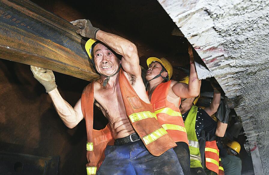 """【党报党旗红】走近济南的""""地下工作者""""——隧道中的高温坚守"""