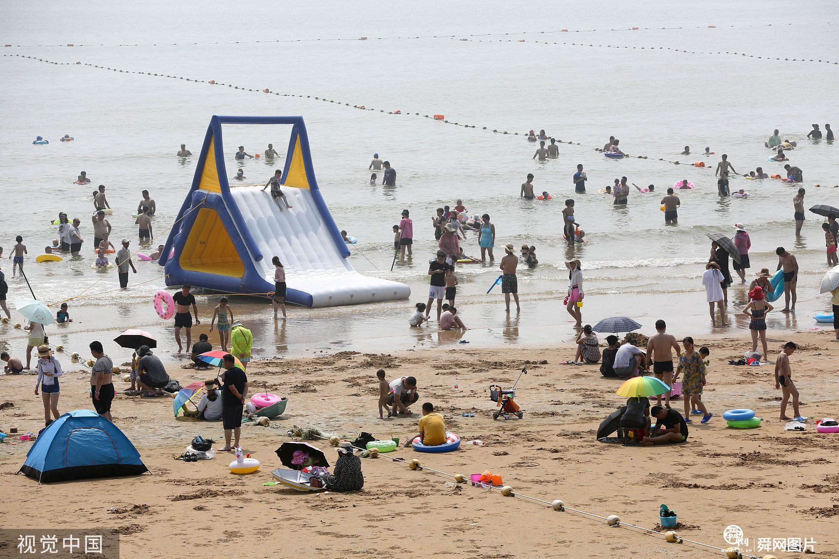 山东日照:海边度假村迎来旅游旺季 游人如织