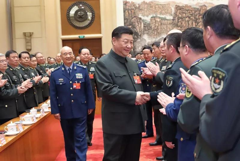 习近平俯身与老英雄握手,这些年他关爱退役军人的话语超暖心!
