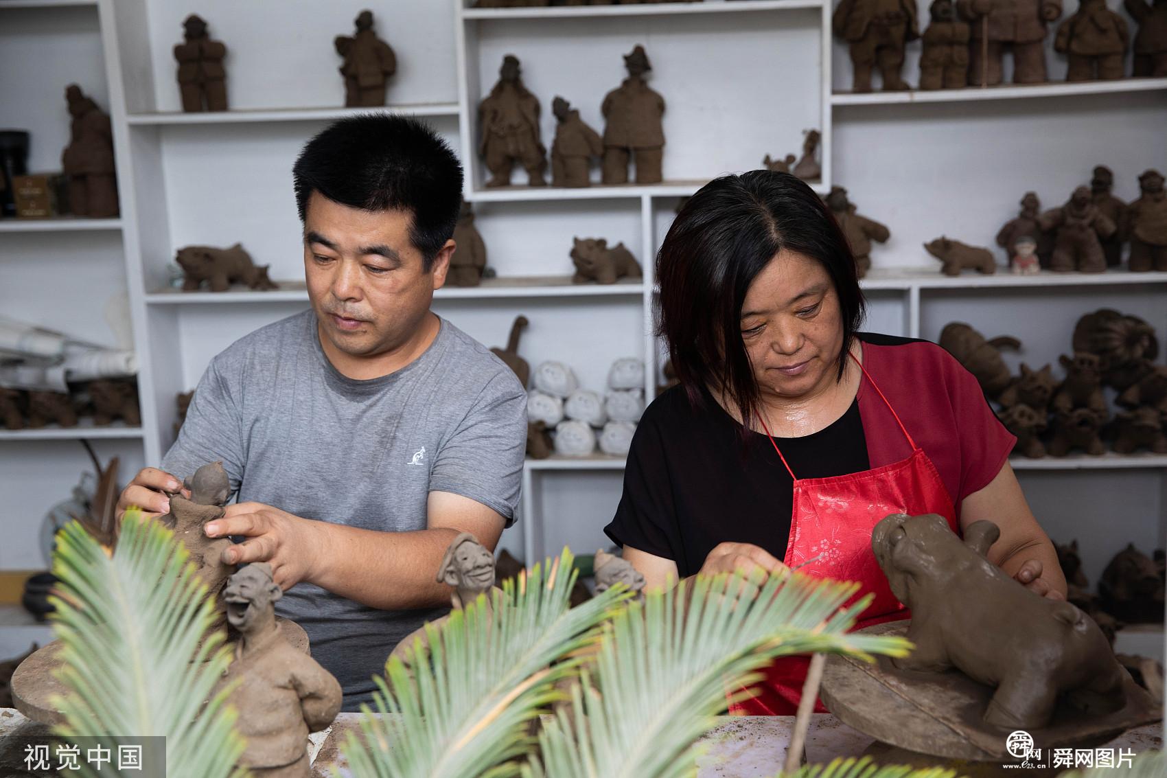 山东青岛:泥塑夫妻传承乡土手艺 一只泥猪价格赛过真猪