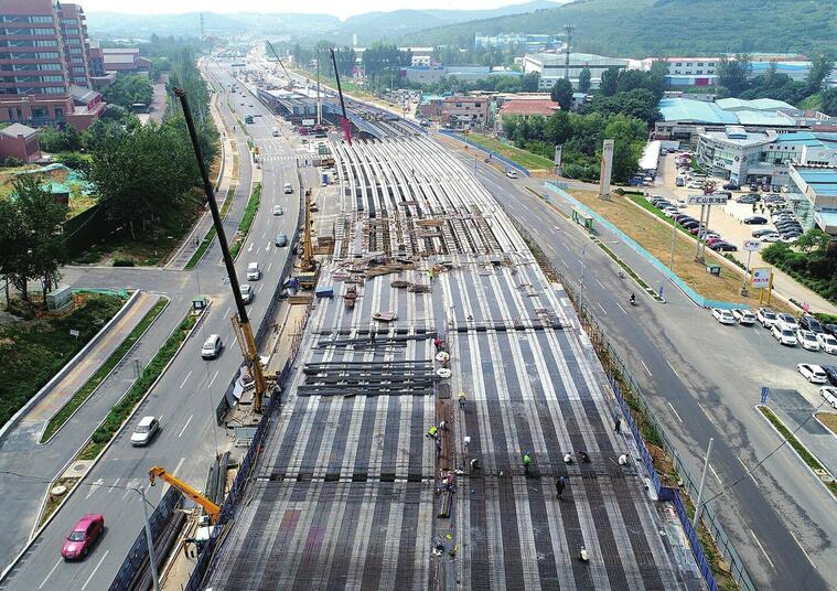 济南最短高架吊装桥梁如五线谱