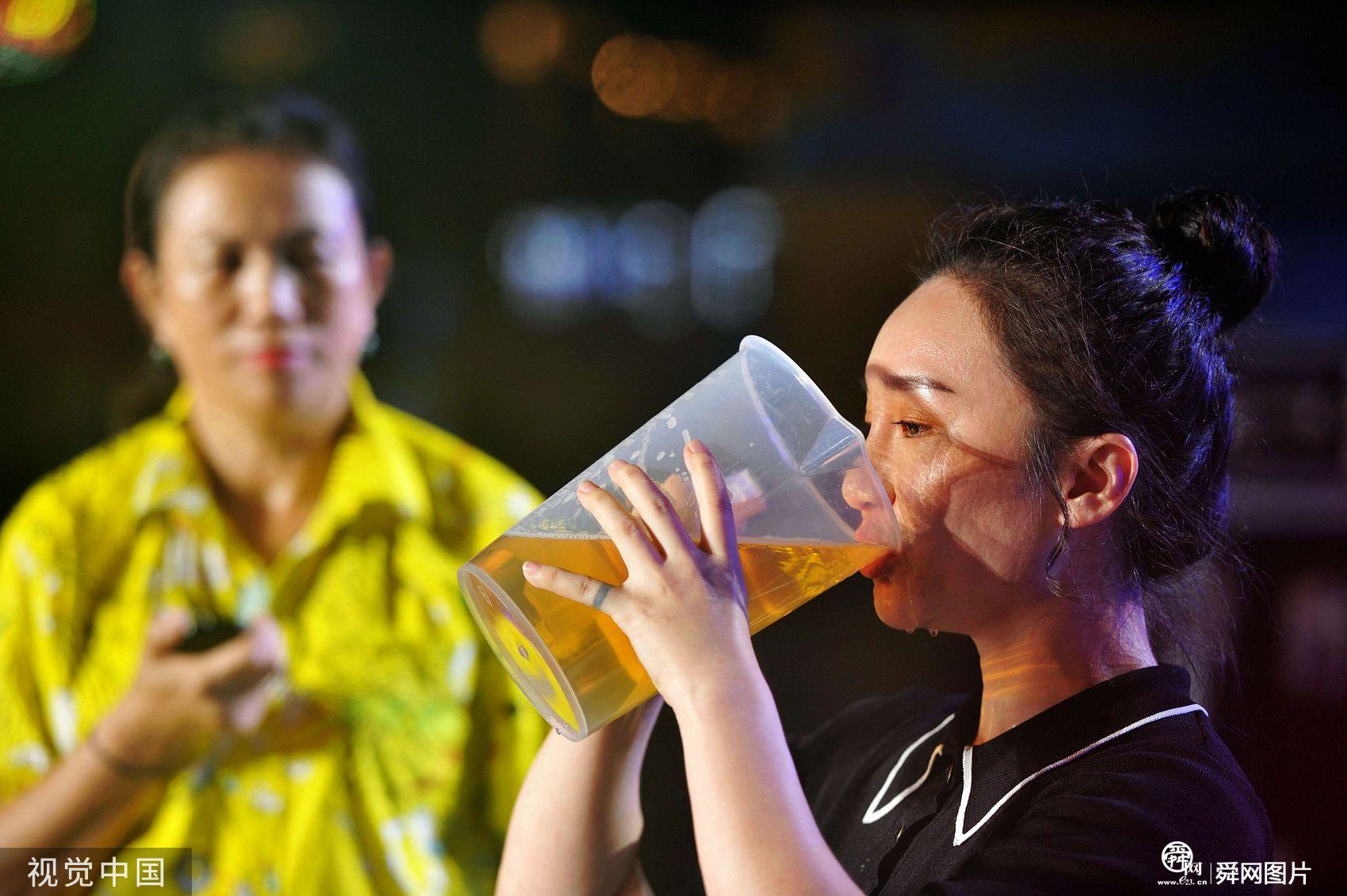 青岛国际啤酒节举办饮酒大赛 参赛选手吹瓶最快不到4秒