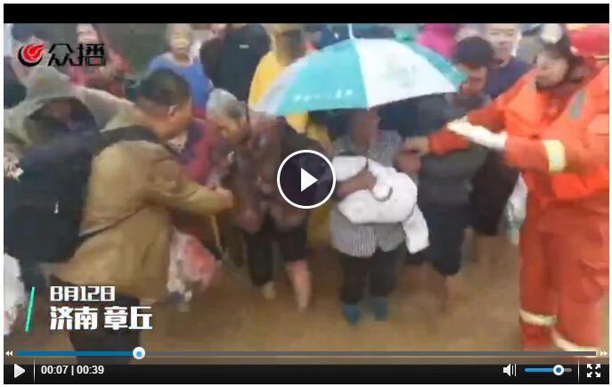 暖心闻 老人孩子先上车!必威betway暴雨中千人突围,救援进行中