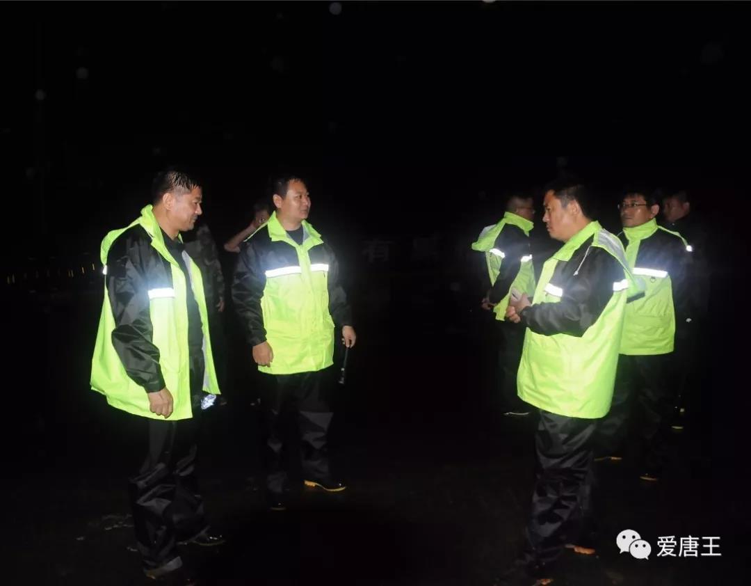 暴雨中我为你筑堤坝,深夜里你为我长明灯——唐王街道干群合力 安全度汛