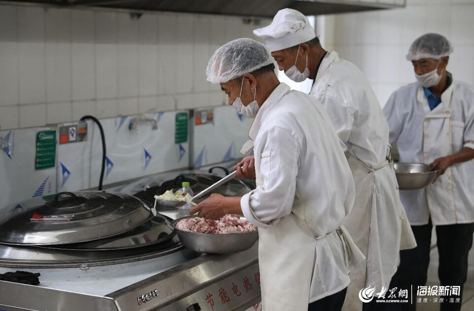 寿光纪台二中安置点的午餐:五花肉炖白菜!