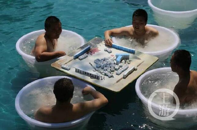 【真恣】39°高温重庆人坐在冰桶内打麻将 一根冰棍比脸盆还要大
