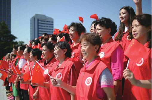 """""""我是护旗手""""爱国歌曲联唱活动在泉城广场启动 87岁泉城义工高唱""""我爱你中国"""""""