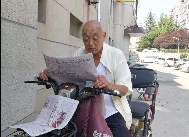 """""""不忘初心跟党走"""" 八旬老人的党报情结"""