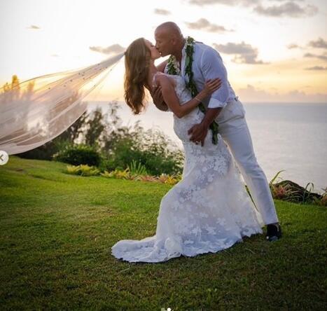 巨石强森结婚 细节曝光:两人交往长达12年 终于正式成为夫妻