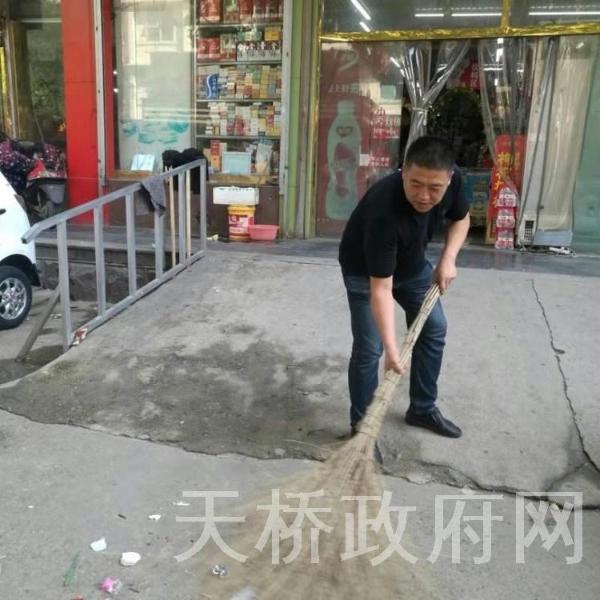 """天桥东街街道联合""""双报到""""单位开展创卫环境大扫除活动"""