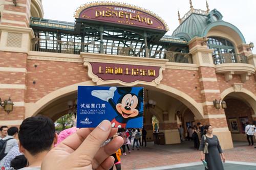 上海迪士尼不接受消保委调解 仍坚持翻包检查