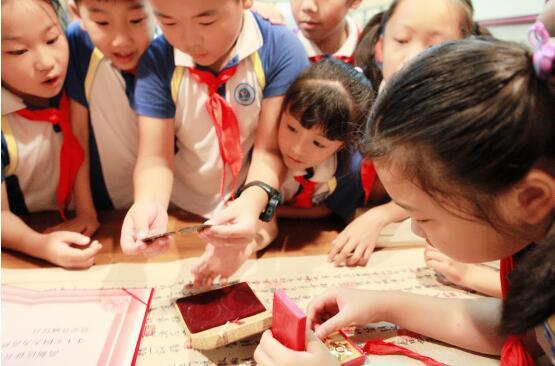 聆听英雄事迹 一颗红心向党——育秀中学小学部二七中队开展爱国主义教育实践活动