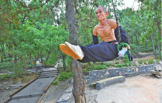 """网红组织""""英雄山大爷"""":平均年龄60岁以上却身材健美 日常晨练现场堪比体操锦标赛"""