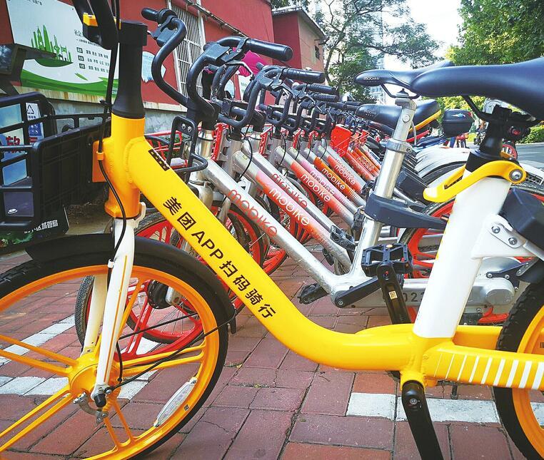 """""""美团黄""""单车悄然现身济南街头   近期,济南街头出现大量黄色共享单车。   从远处看,单车有点像升级版的""""ofo小黄"""";从近处看,单车在造型上和摩拜单车几乎一模一样,前车把上还印着摩拜标志,车身上却印着""""美团APP扫码骑行""""字样。   2017年1月""""摩拜橙""""进入济南,在其营运即将第三个年头时,""""美团黄""""成为其升级替换品,并且投放量逐渐扩大。摩拜单车,或将成为市民记忆中的一抹&l"""