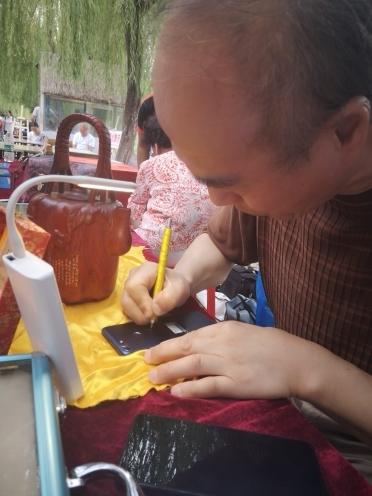 最迷你的泉水诗 微雕大师王天明亮相2019泉水集市