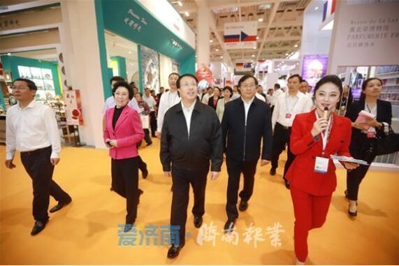 第八届山东文化产业博览交易会开幕 龚正参观展区